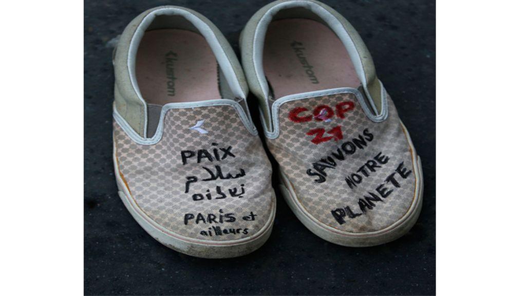 Miles de zapatos en la marcha simbólica por el clima en París