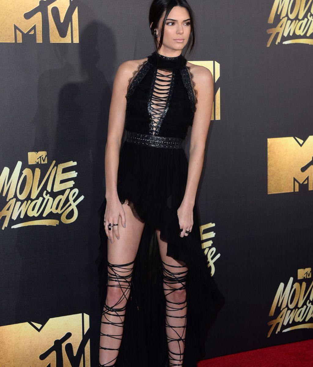 Kendall Jenner con zapatos de cuerda y vestido de Kristian Aadnevik