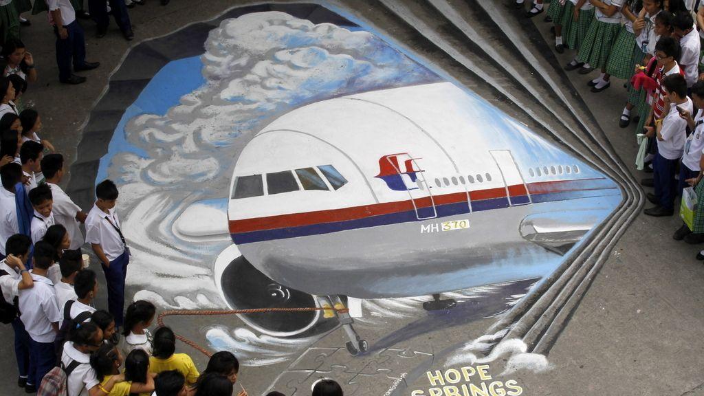 """Alumnos de un colegio de Filipinas muestran su """"esperanza"""" de encontrar el avión desaparecido"""