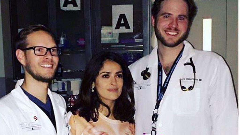 Salma Hayek con su 'curioso' vestido en el hospital