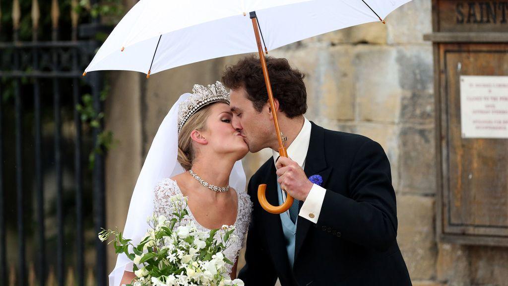 Lady Melissa Percy y Thomas van Straubenzee se besan, ya como marido y mujer