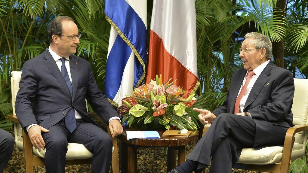 Hollande saluda a Raúl Castro en su primera visita a Cuba