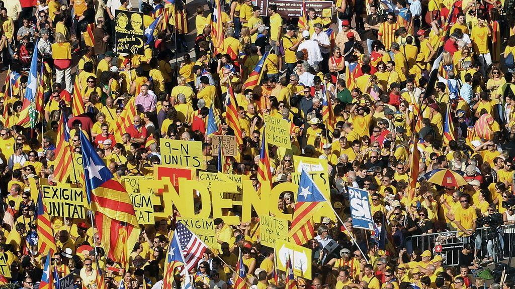 Miles de personas participan en la concentración convocada en la plaza de Cataluña de Barcelona por la Assemblea Nacional Catalana (ANC) y Òmnium Cultural