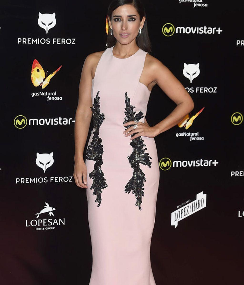 Inma Cuesta lució vestido rosa cuarzo con bordado negro