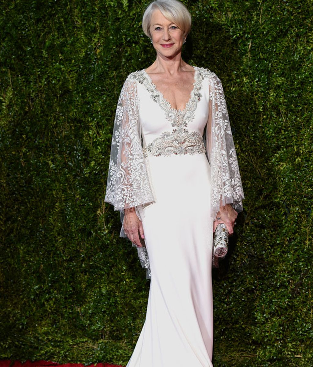 Helen Mirren eligió un Badgley Mischka en color blanco y plata