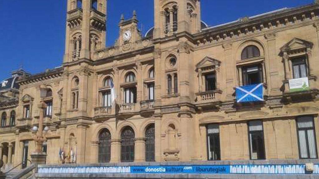 La bandera escocesa luce en el Consistorio donostiarra