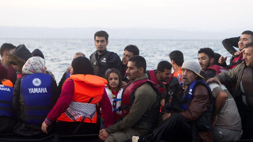 Refugiados en una patera rescatados en Lesbos