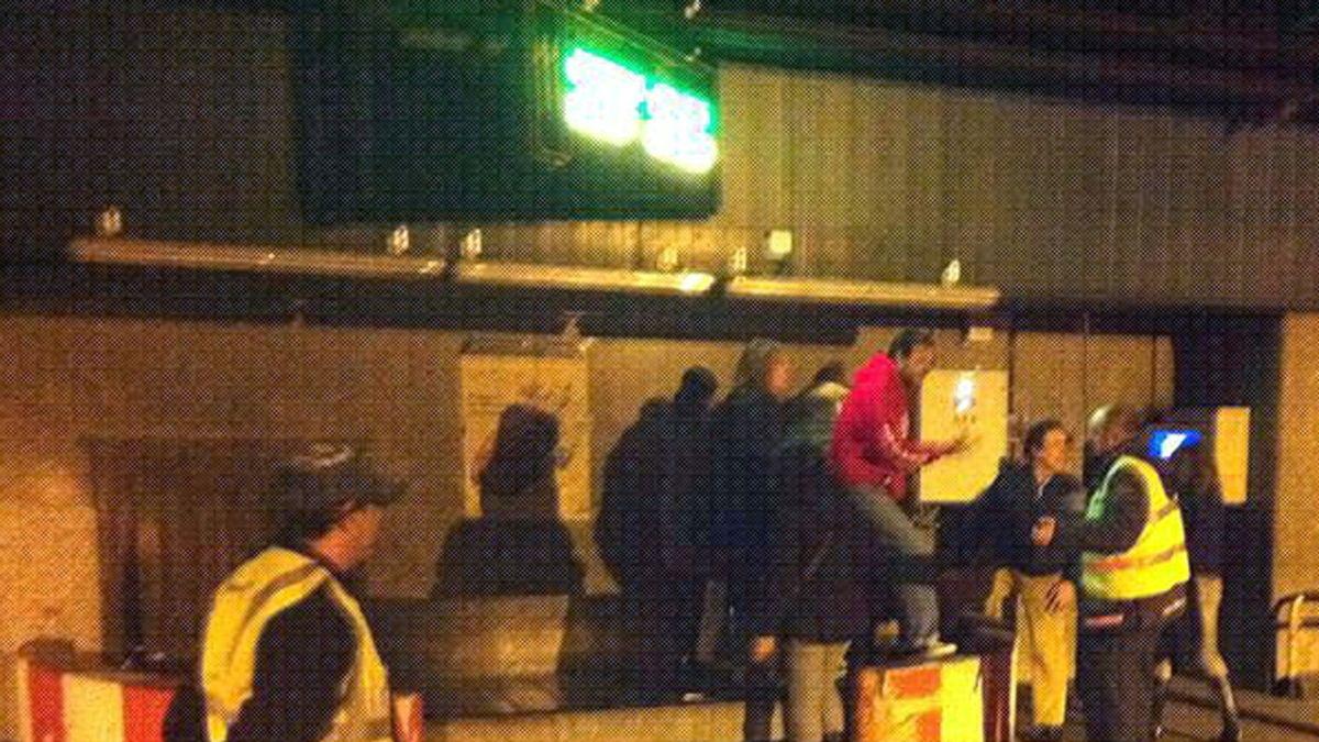 Varias personas que llevaban horas esperando su equipaje se cuelan en la zona restringida del aeropuerto de Barajas