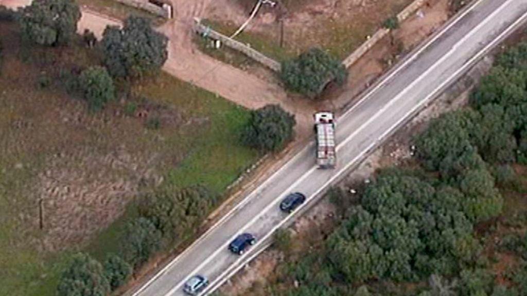 Un camión comete una infracción de tráfico en una carretera secundaria