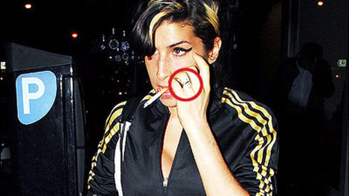 Amy Winehouse fotografía con el anillo de compromiso que Blake le ha regalado: Foto: The Sun.