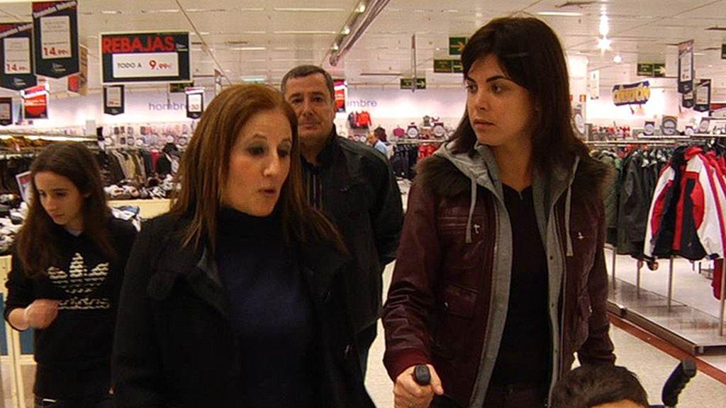 Samanta acompaña a la familia de una dependiente a unos grandes almacenes