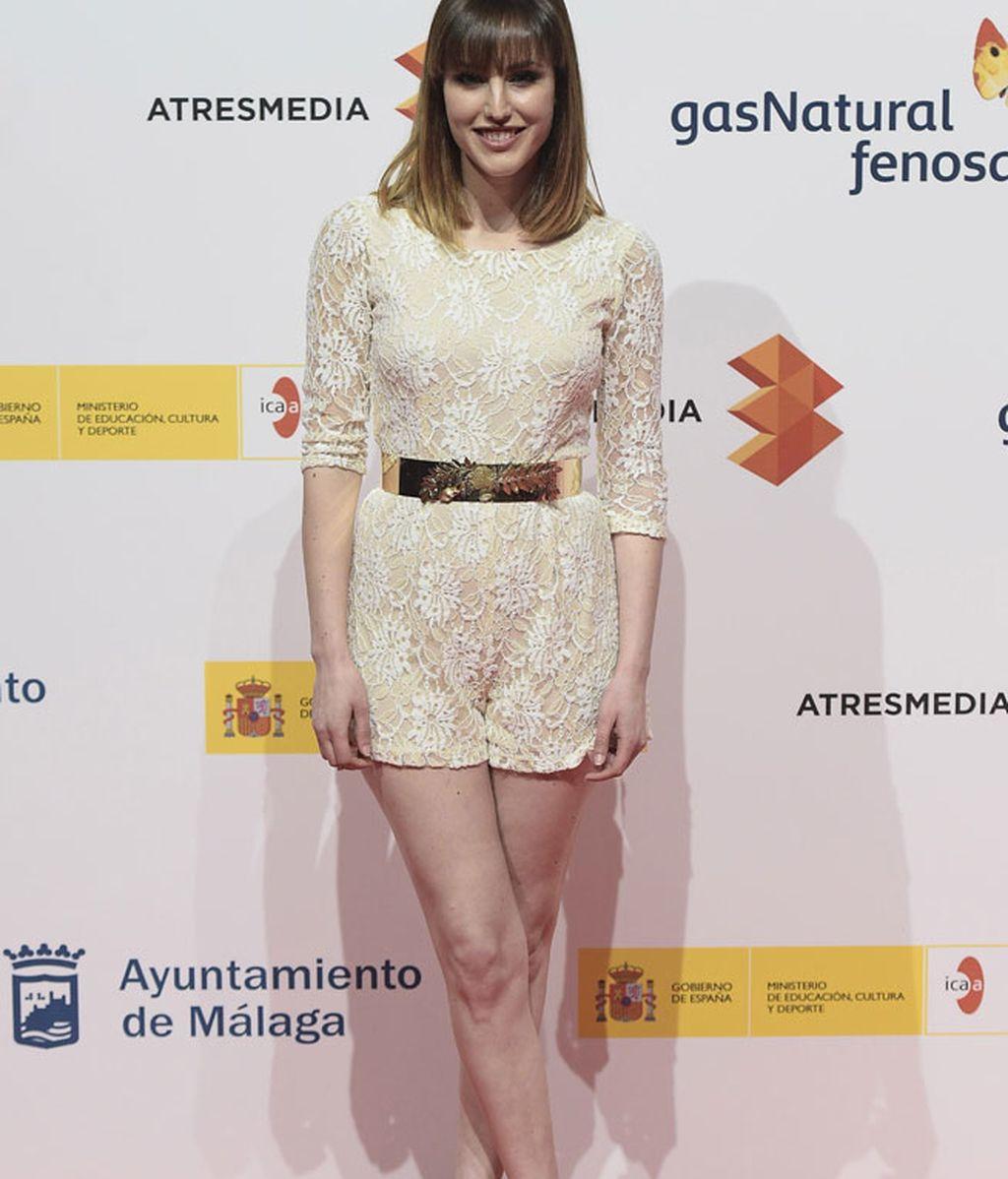 Natalia de Molina, con mono y sandalias en tonos champán y cinturón dorado