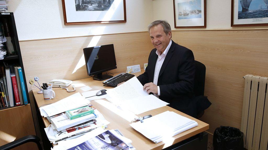 Antonio Miguel Carmona corrige exámenes