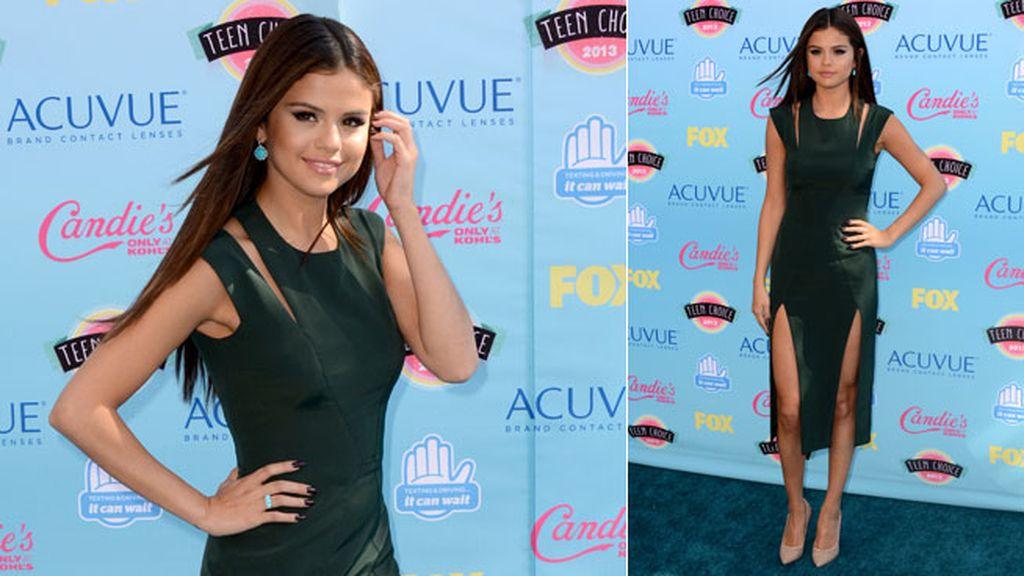 Selena Gómez eligió un original vestido verde