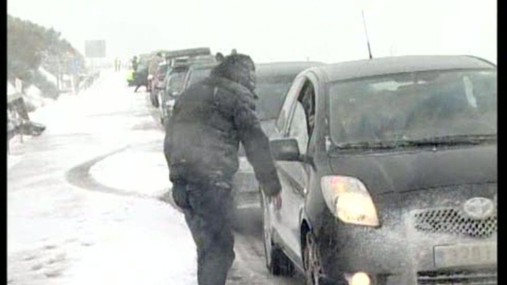 La nieve bloquea carreteras claves