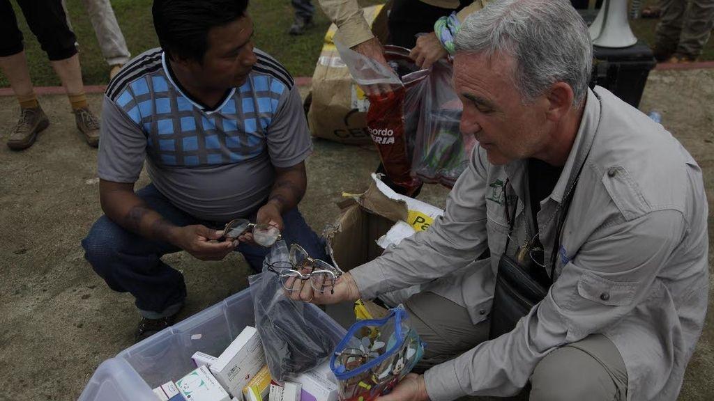 La organización de la Ruta Quetzal BBVA hace entrega de medicamentos y gafas a la comunidad wounaan