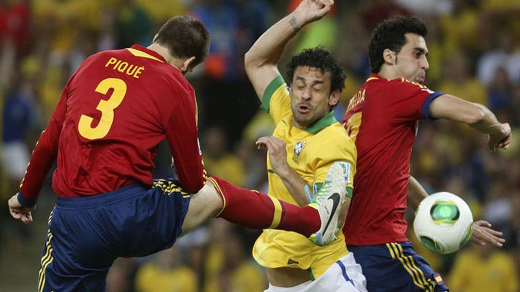 Fred salta con Arbeloa y Piqué en el primer gol