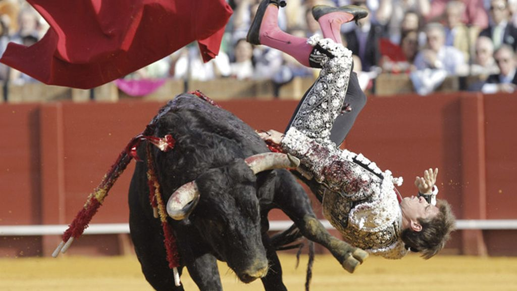 Fue cogido de lleno por su primer toro de la tarde