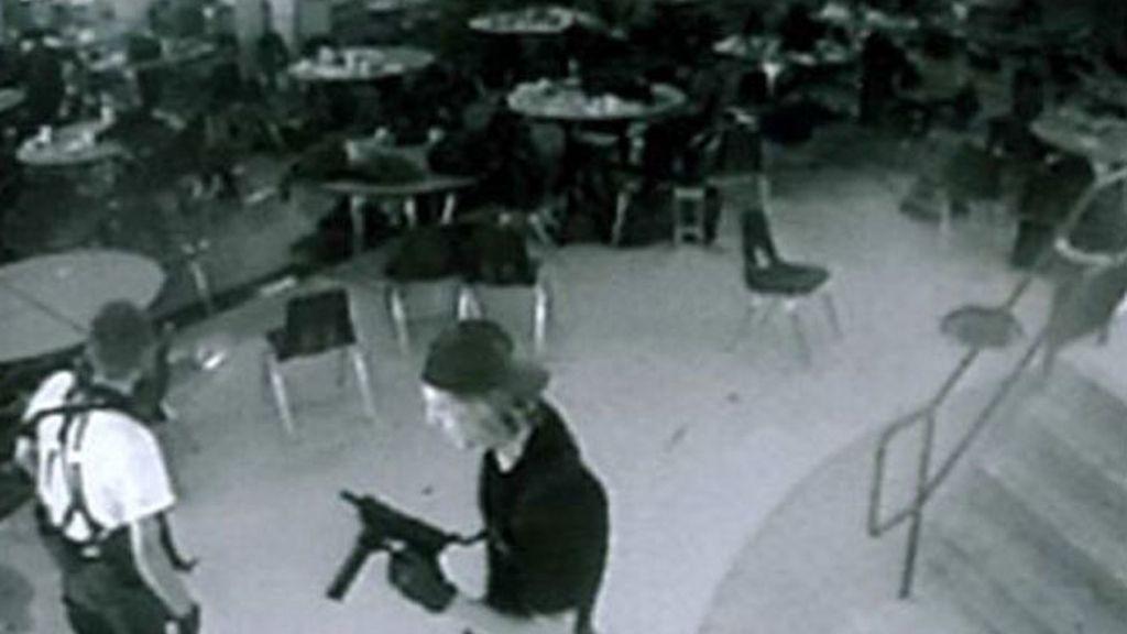 Fotograma de las imágenes grabadas por una cámara de seguirdad del instituto de Columbine donde se produjo la matanza.