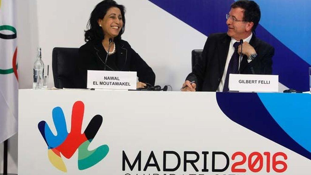 La presidenta de la Comisión de Evaluación del COI y el director ejecutivo del COI en rueda de prensa