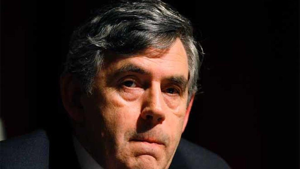 El Primer Ministro británico, Gordon Brown, escucha a los delegados durante una sesión de preguntas y respuestas en el sindicato GMB del congreso anual en Blackpool, en el norte de Inglaterra