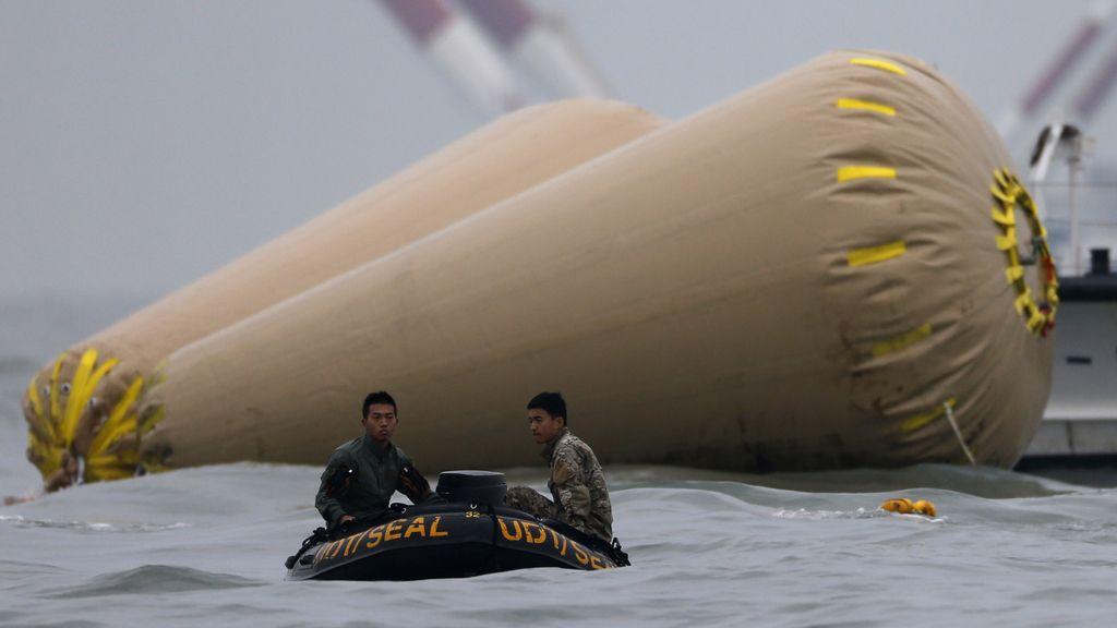 Avistados al menos tres cuerpos en el interior del ferry 'Sewol'