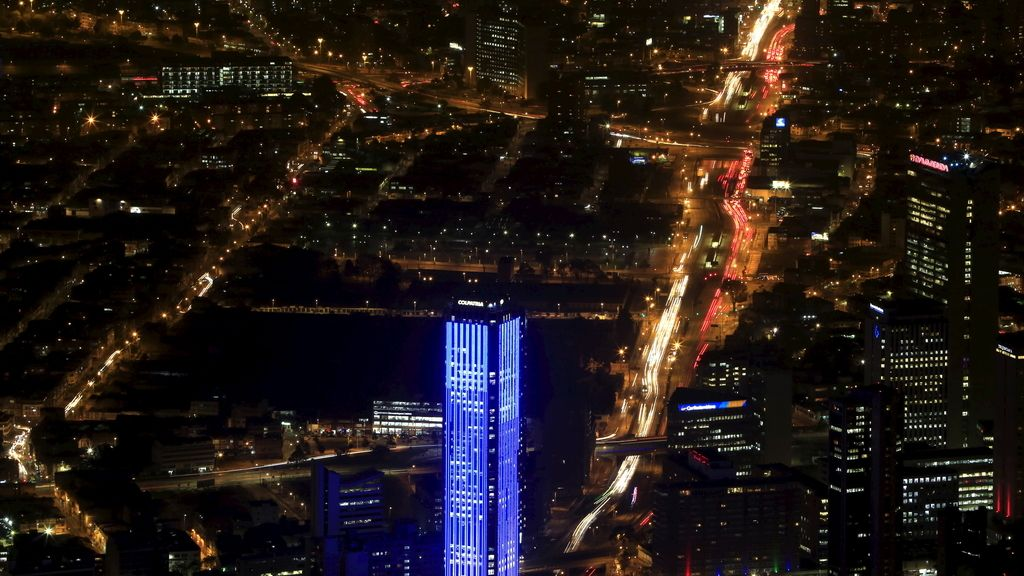 La Torre Colpatria iluminada de Azul (Colombia)