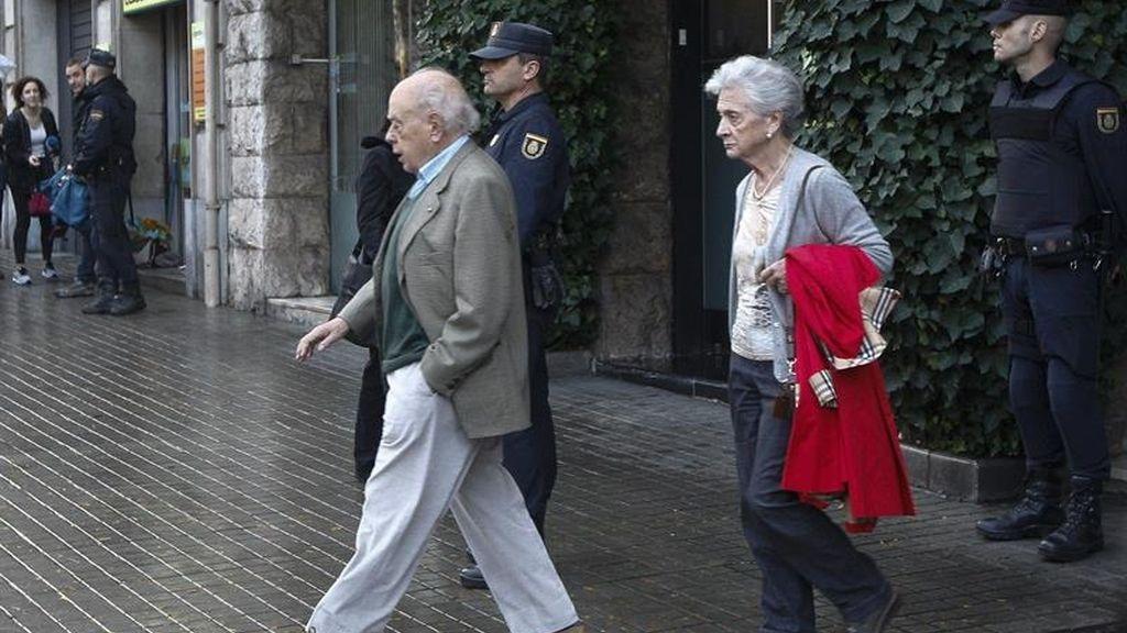 Jordi Pujol y Marta Ferrusola salen se su domicilio en Madrid