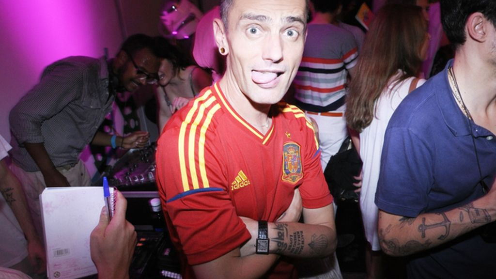 David Delfín lució una camiseta de la selección española para apoyar a 'La Roja' en el partido
