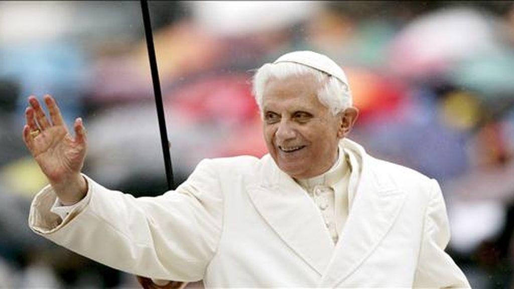 """""""Nadie ha hecho tanto"""" como Benedicto XVI en la lucha contra los abusos sexuales a menores por parte de sacerdotes, aseguró hoy el diario vaticano L'Osservatore Romano, que publicó unas declaraciones del cardenal de Westminster, Vincent Nichols, en defensa del Pontífice. EFE/Archivo"""