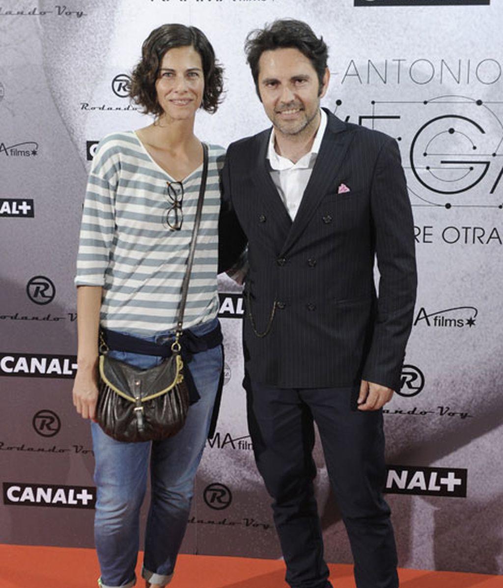 La presentadora Cristina Teva y su acompañante
