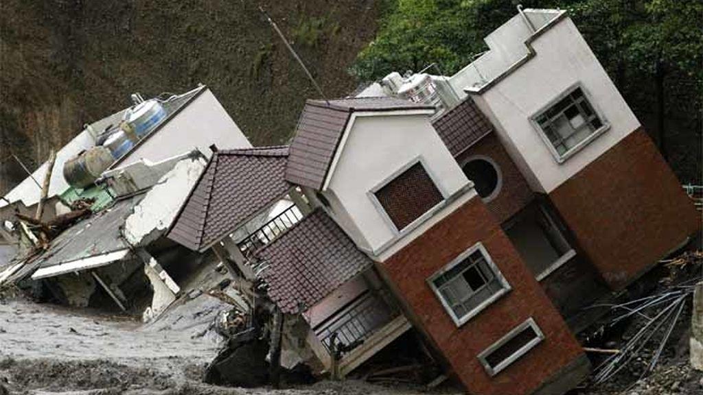Unas casas son derruidas al paso del tifón Morakot en Taiwan