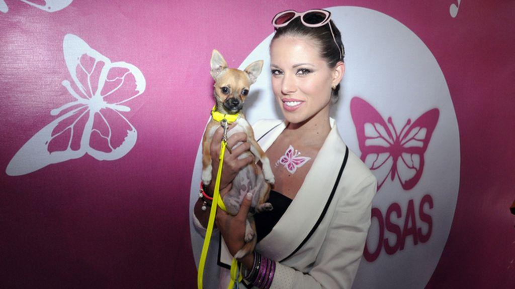 """La ex Miss España Andrea Huisgen, una de las más exitosas colaboradoras de """"Cazamariposas"""", y su inseparable Ciara"""
