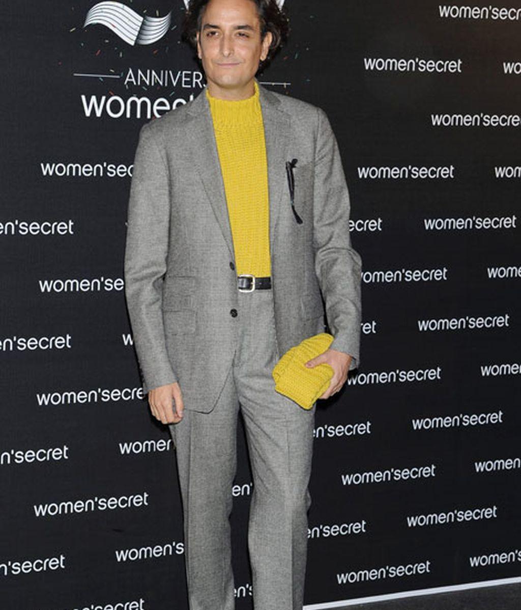 Josie combinó un traje gris y un jersey amarillo