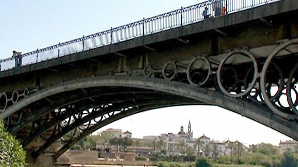 El Puente de Triana es lugar de paso para muchos