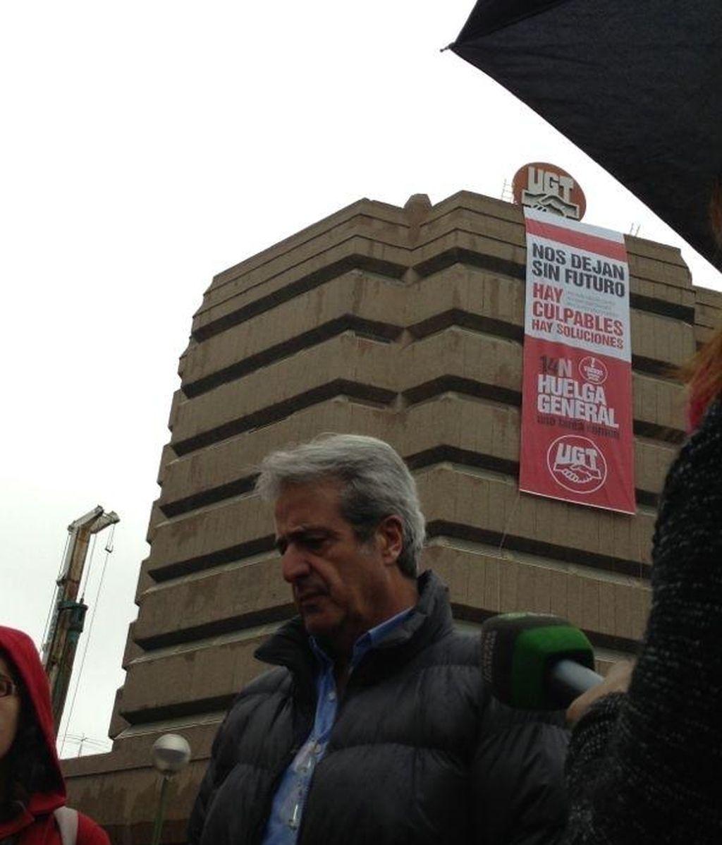 UGT despliega una pancarta de la huelga del 14-N en la fachada de su sede madrileña