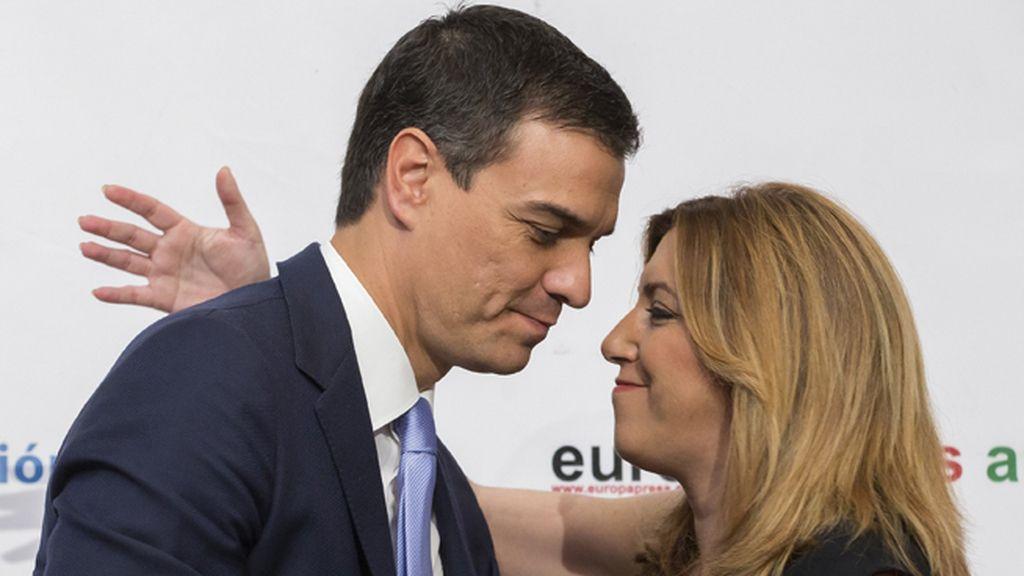 Susana Díaz presenta a Pedro Sánchez durante un desayuno informativo en Sevilla