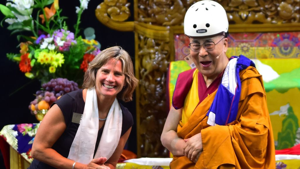 El Dalai Lama se pone el casco