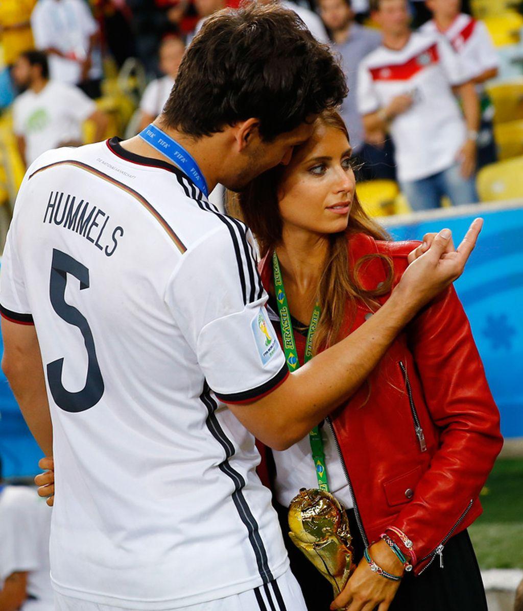 Hummels veía como su novia le pedía posar sola con el trofeo