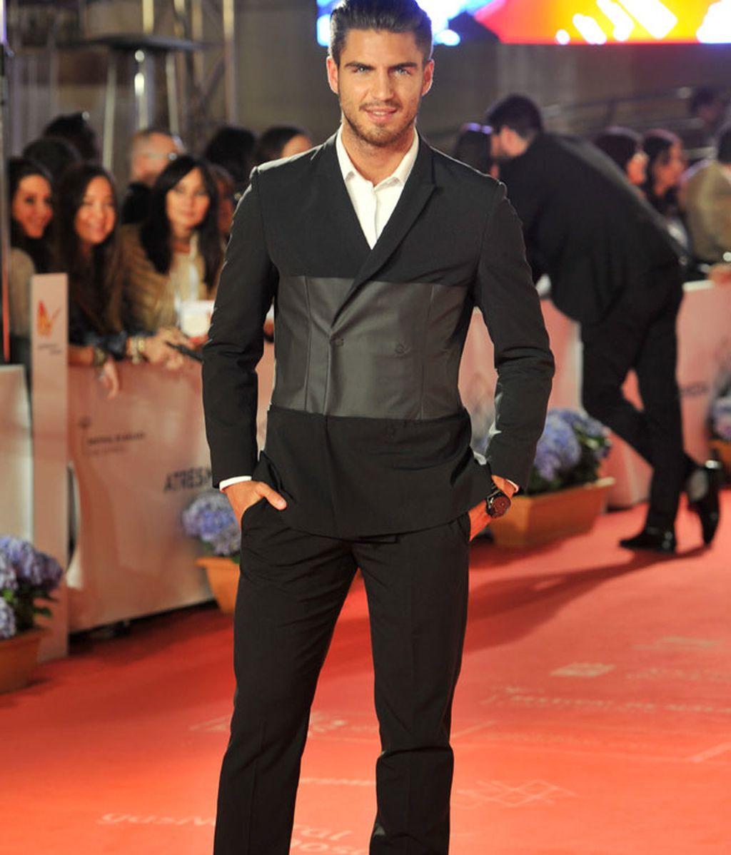 Maxi Iglesias con un original traje negro