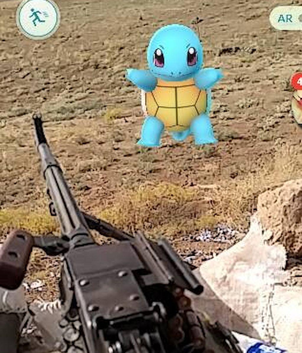 Exmarine estadounidense jugando al Pokemón Go mientras lucha contra el ISIS