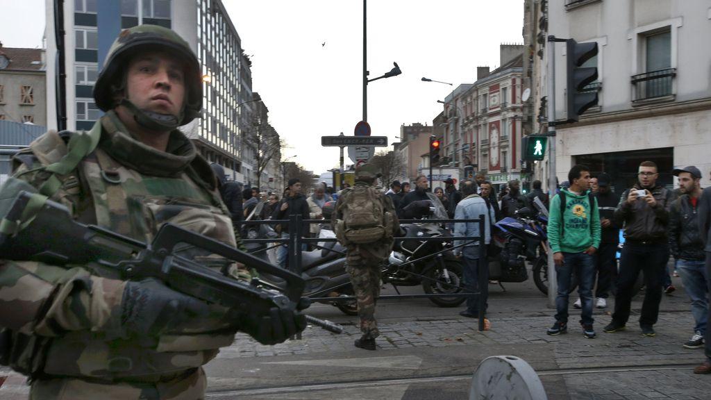 Un grupo de los asaltantes de París se apertrecha en un piso