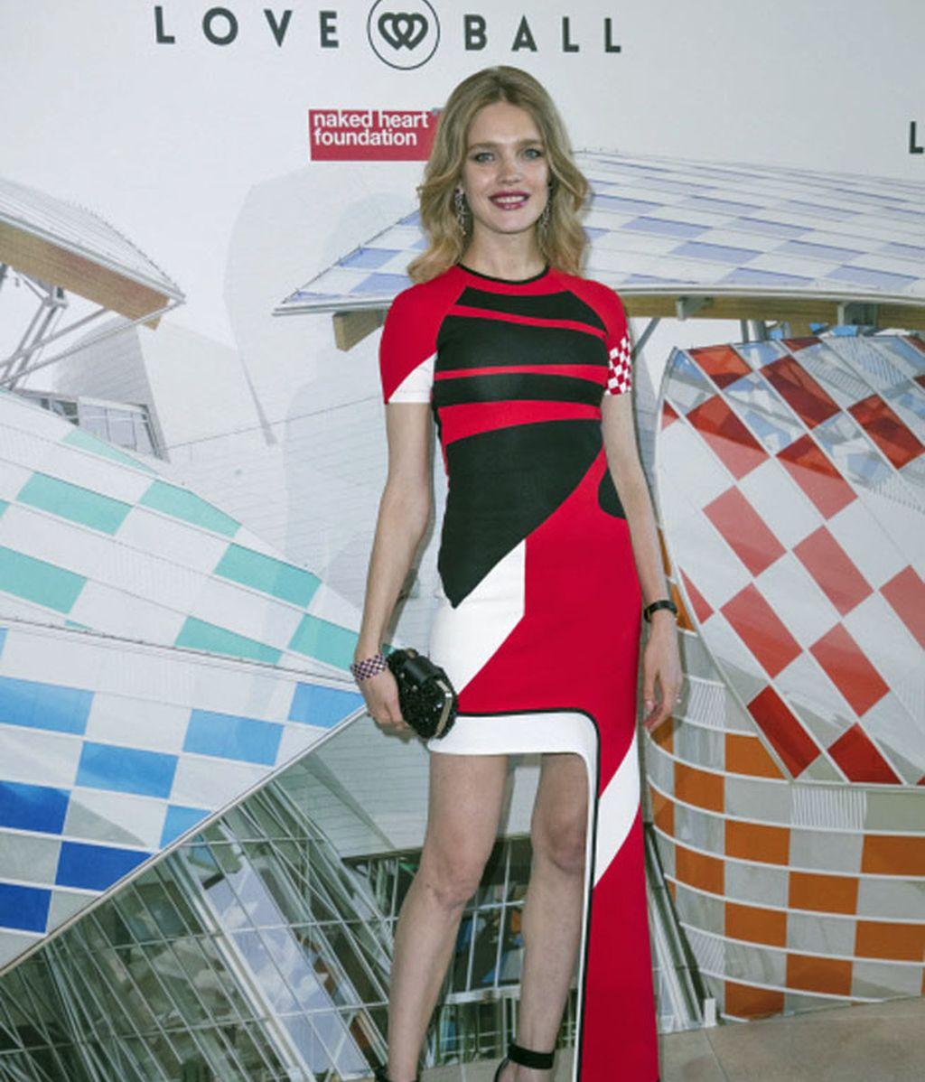 La modelo Natalia Vodianova eligió un vestido de corte asimétrico para la ocasión