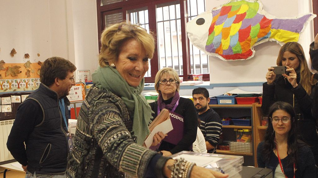 Esperanza Aguirre votando