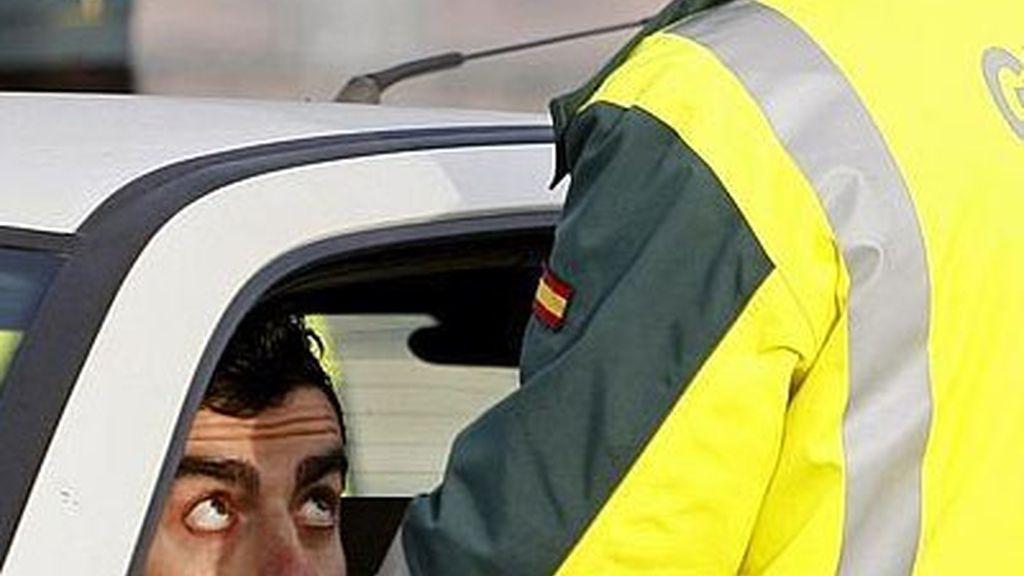 Un conductor haciendo un control de alcoholemia