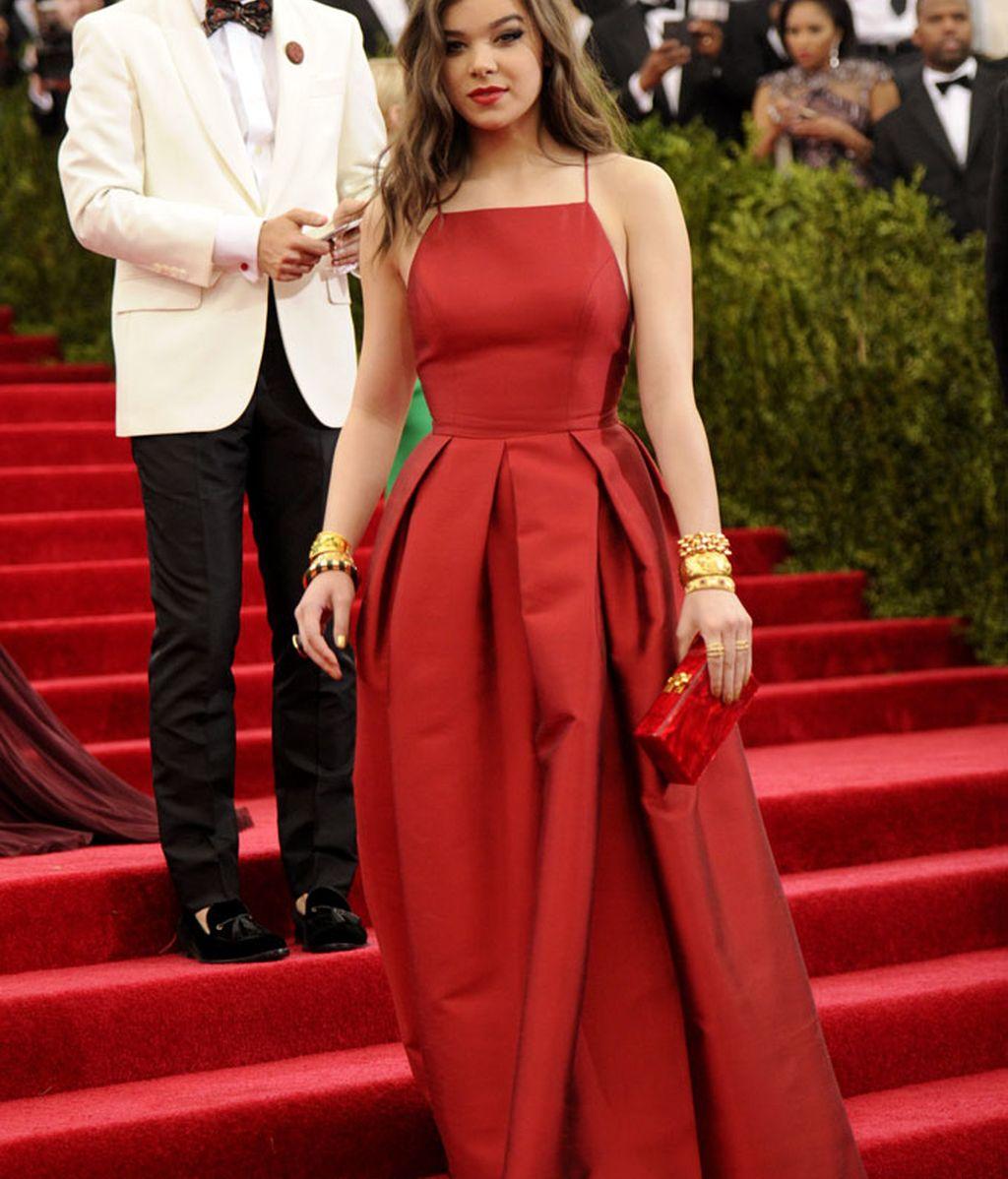 Hailee Steinfeld con vestido de Michael Kors