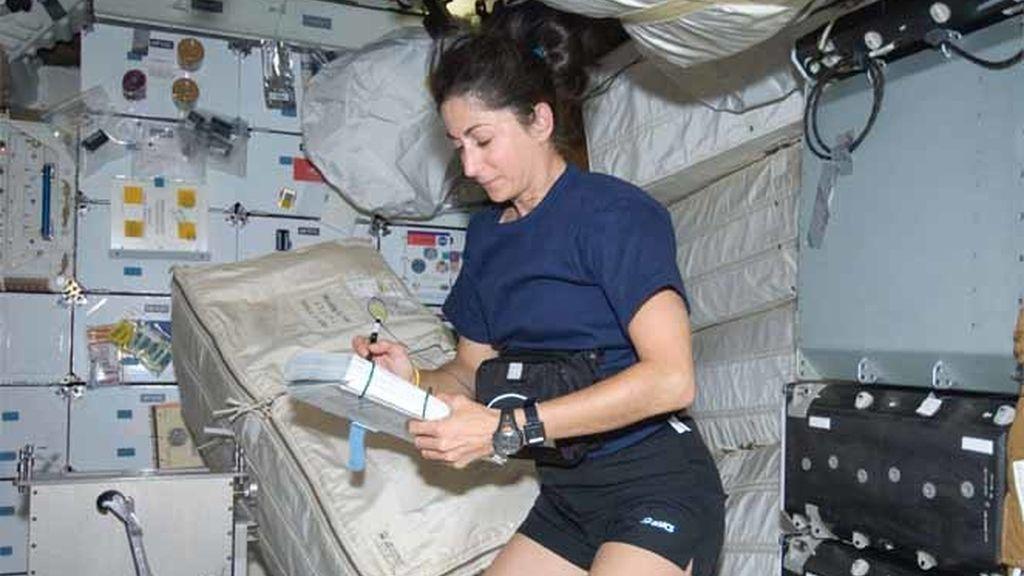 La astronauta Nicole Scott durante el vuelo del Discovery