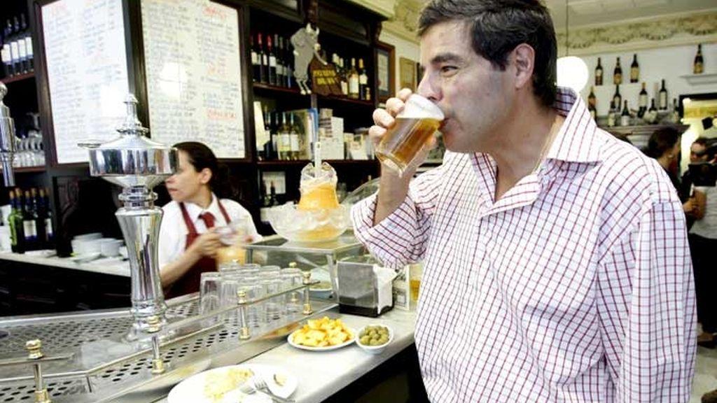 Cómo usar el lenguaje corporal para que te atendieran el primero en el bar