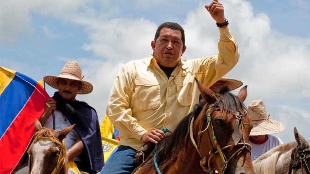 El presidente venezolano, Hugo Chávez, montando a caballo