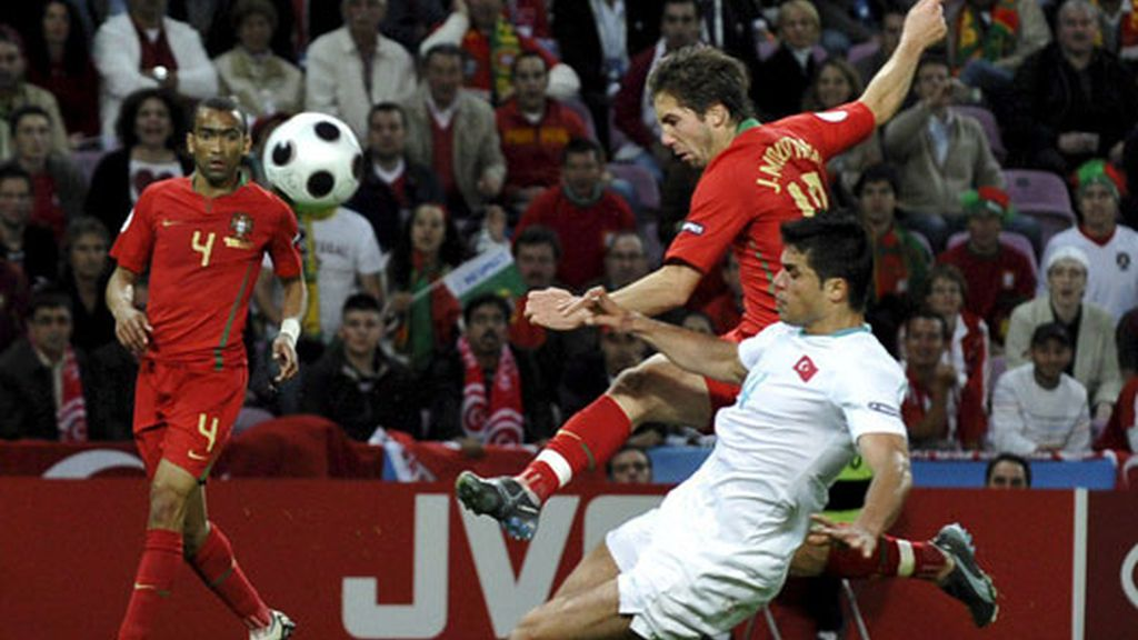 El jugador portugués Joao Mautinho, lucha por el balón con el turco Goekhan Zan